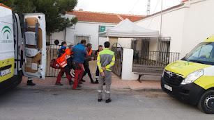 Los servicios de emergencia trasladan a Domingo García al hospital. Foto de Ginés Reche.