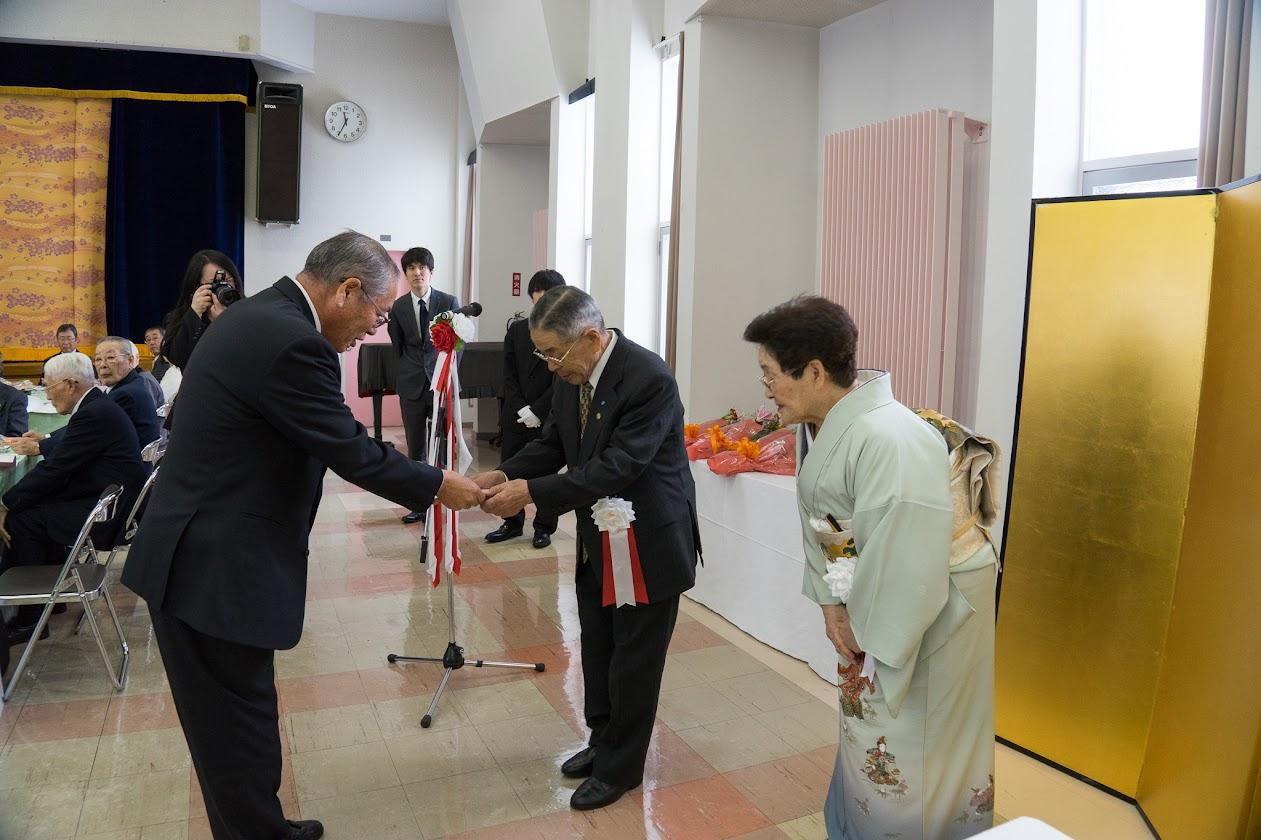 桜岡町内会からのお祝いの贈呈
