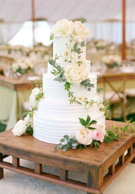 Nada es mas simple que el blanco en una boda y las flores siempre dan un toque de elegancia y estilo. Combina los dos para lograr un pastel de boda diferente. #pastel #bodas #blanco #sencillos #clasicos #elegantes