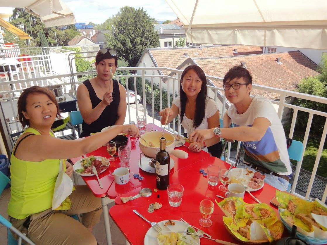 Chinois mangeant de la fondue