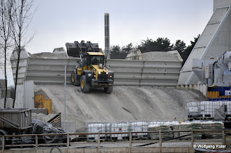 Photo: Befüllen der Betonwerk-Schüttgut-Silos mit einem Frontlader