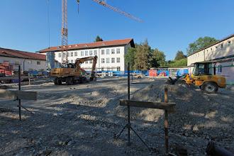 Photo: Blick hin zum Hauptgebäude