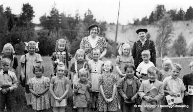 Photo: Missionshuset omkring 1948, söndagsskolan. Bakre rad fr v: Vivianne Persson -Ängarna, Irene Sopanen -Strömbacka, Christina Karlsson - Lilltäppan, Eina Persson -Ängarna, söndagsskollärarinnan Linnéa Noren, Ann-Britt Persson- Nabben, Birgitta Stensson -Björkbacka, söndagsskollärarinnan Märta Säflund -Säfelund, Lars Österdahl- Smältaregården, Birgitta Södervall- Eriksberg. Främre rad fr v: Stig-Inge Södervall- Eriksberg, Maj-Britt Hedin - Kullen, Kerstin Södervall - Eriksberg, Margareth Jansson - Forsbacka, Gun Karlsson, Yngve Magnusson, Sven-Åke Martinsson - Åsbro, Bengt Österdahl- Smältaregården. Skymd: Karl-Ola Larsson - Sand.