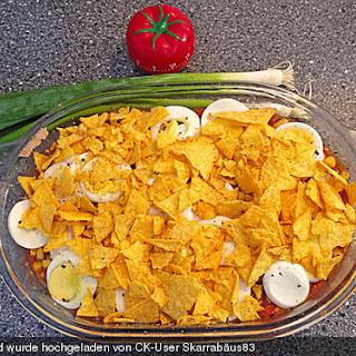 Spanische Vorspeise mit Kartoffeln, Tomaten, Thunfisch und Ei