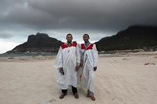2 mannen op een strand in kleding van een geloofsgenootschap
