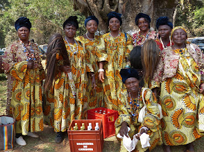 Photo: Am Ende der Totengedenkfeier posiert ein Gruppe Tänzerinnen bereitwillig für ein Foto. Als Belohnung für ihren Einsatz sind sie mit zwei Bierkästen bedacht worden.