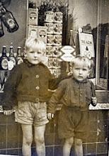 Photo: Hennie en Evert Mennega voor de winkel van Albert Okken