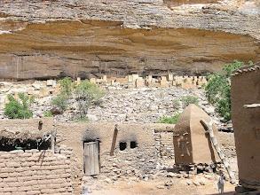 Photo: TELI - widok z wioski na domy na górze pod płaskowyżem