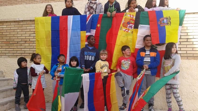 Alumnos de Los Millares que participarán hoy en una acción contra el racismo y la xenofobia.