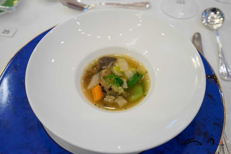 フランス産トリュフとフォワグラ入り野菜のスープ