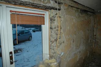 Photo: Flere steder var der sten muret ind og ikke mursten. Der var ikke pudset noget op, der var sat 5 cm isolering direkte udenpå og derefter gipsplader.