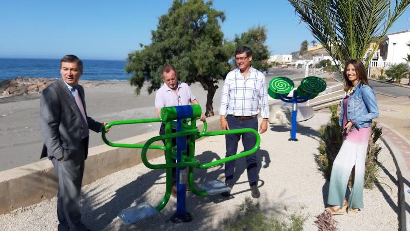 Visita de Manuel Cortés para supervisar la instalación del parque en el Lance.