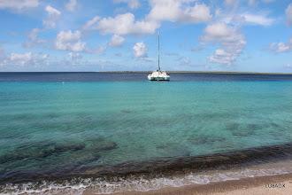 Photo: Catamaran y el mar con un color increíble