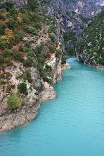 Photo: Lac de Sainte-Croix - Verdonský kaňon  https://www.turistika.cz/rady/grand-canyon-du-verdon-verdonsky-kanon-francie/detail  https://www.turistika.cz/cestopisy/provence-moustiers-ste-marie-villecroze-lac-de-sainte-croix-grand-canyon-du-verdon/detail?_fid=j8wd