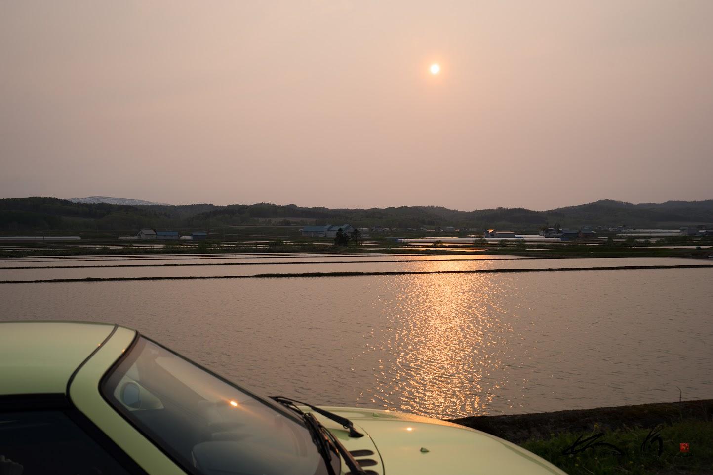 Copenのボディに映り込む2つの夕陽
