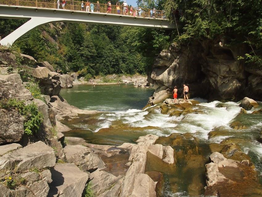 прямо под мостом водопад