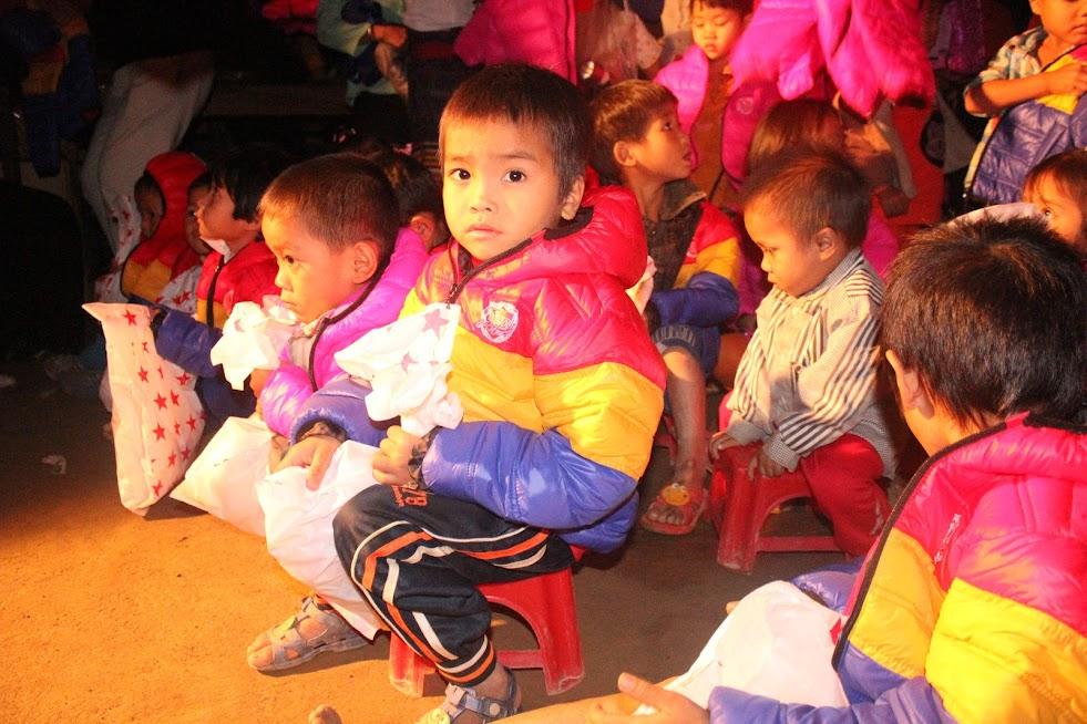 Niềm vui của những đứa trẻ vùng cao khi được nhận quà của các tấm lòng thiện nguyện