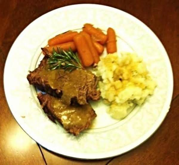 Roast With Mashed Potatoes,carrots,and Gravy