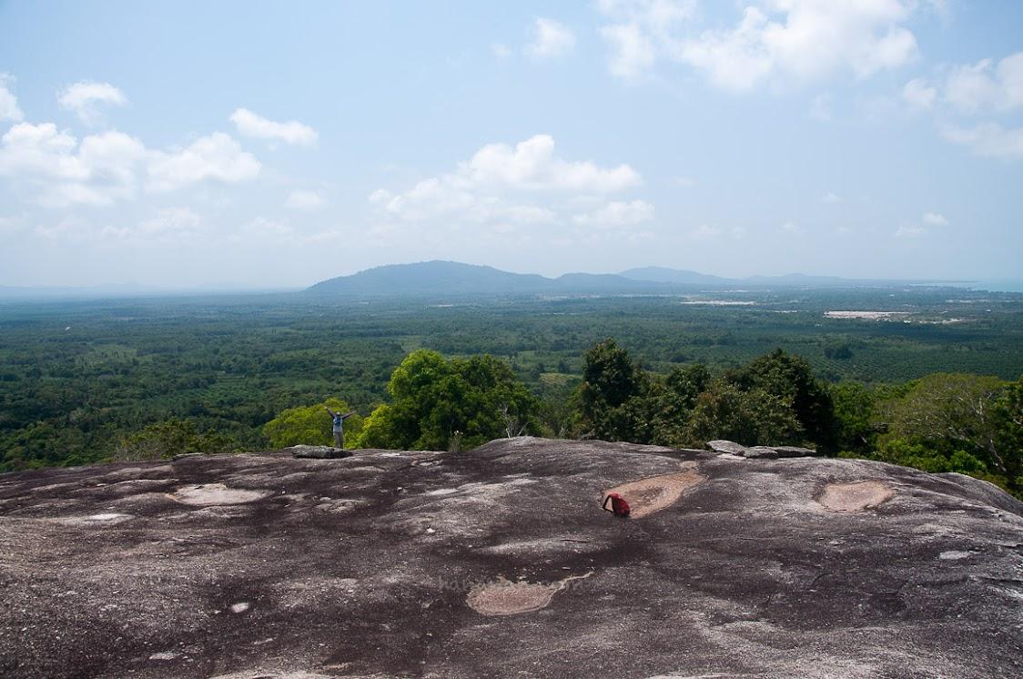 Oja tampak kecil di sisi ujung Batu Baginda.