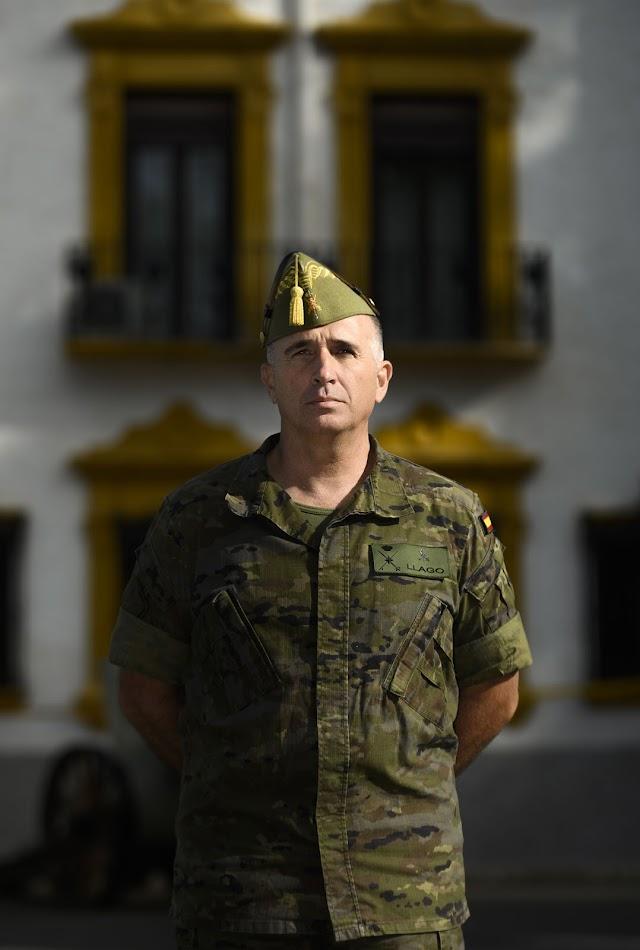 El general Marcos Llago, fotografiado ante el cuartel general de la base de Viator