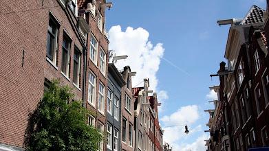 Photo: Yolun iki tarafında sıra ile görebilirsiniz. Sol tarafta öne eğik evleri de görebilirsiniz