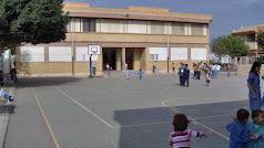 Patio del colegio Las Marinas, centro al que acuden ñinos de otras zonas.