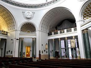 Photo: A bejárattól jobbra a Jézus Szíve-kápolna, balra a Szent József-kápolna nyílik. A kápolnák szobrait, a szószék domborműveit Füredi Richárd készítette.