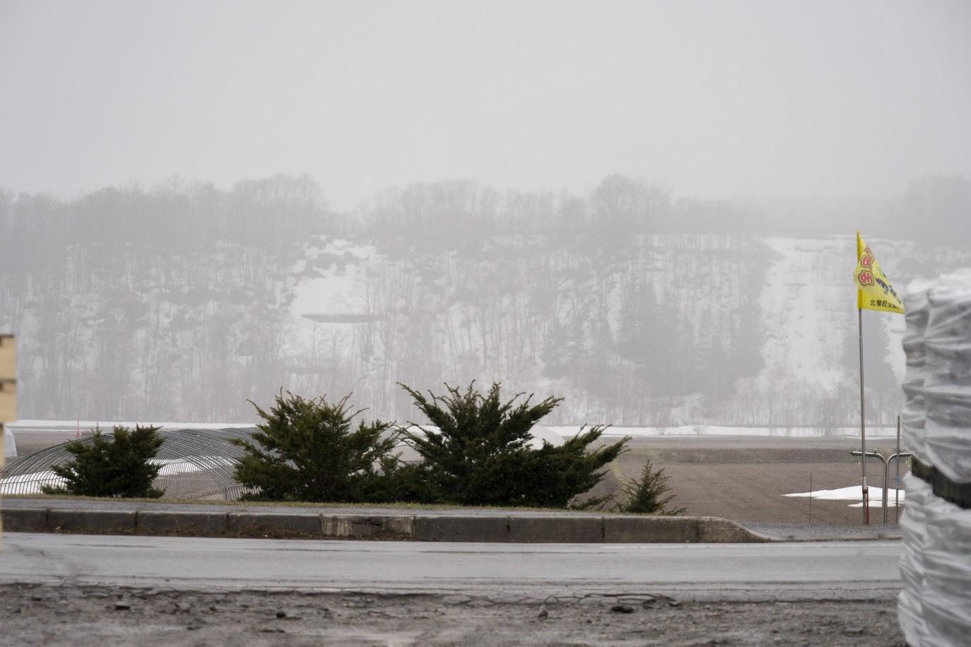 肌寒く雪もちらついた午前