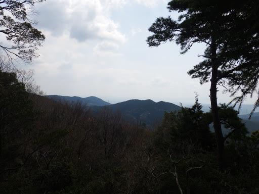 額堂山(中央)、観音山(左)、奥は三河湾