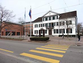 Photo: Ansicht vom Stadthaus und der Bibilothek mit den drei Fahnen: Dietikon, Kt.Zürich und der Schweiz.