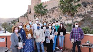 Los participantes en la lectura de relatos junto a la Asociación Casco Histórico.