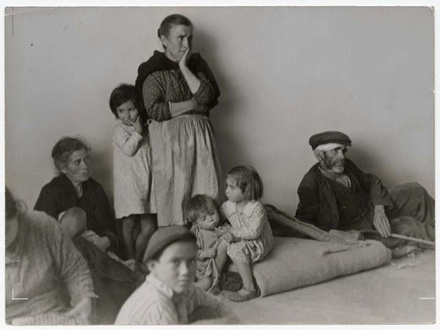 Refugiados malagueños en Almería en una imagen de la gran fotoperiodista Gerda Taro.
