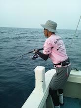 """Photo: 「どりゃー!」 今週もご乗船頂きました""""ヨコハマさん""""フィーッシュ! ひょっとしてそのTシャツ・・・。"""