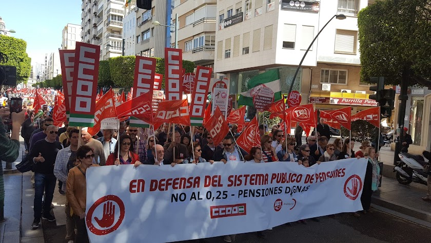 El paseo de Almería acogió a más de dos millares de manifestantes en la mañana de ayer.