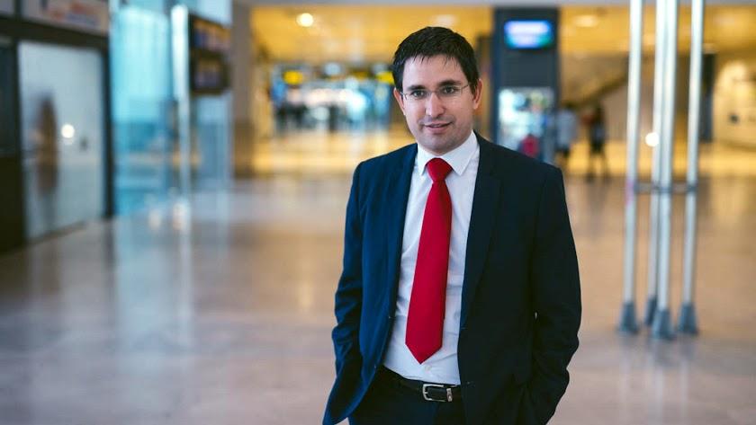 Joaquín rodríguez Guerrero  es  el director de aeropuerto más joven de España de la red de Aena.