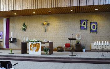 Photo: De kerk ziet er feestelijk uit in de kleuren paars en wit. Paars is de kleur van de 40dagentijd en wit is de kleur van het feest.