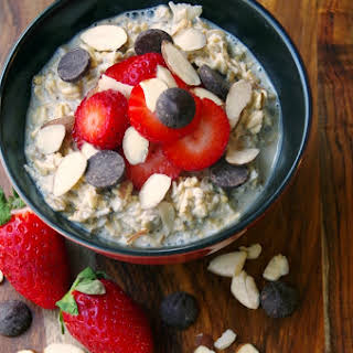 Easy Overnight Oats Recipe with Strawberries, Almonds and Dark Chocolate.