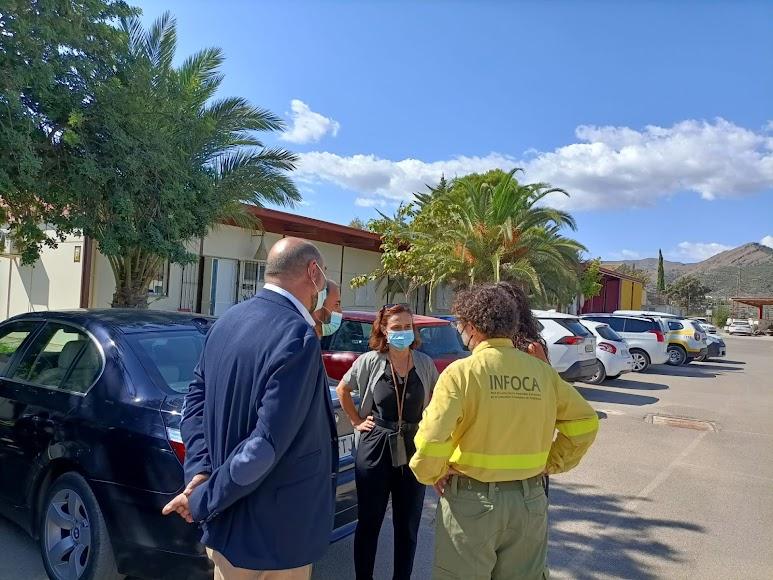 Rafael Yebra, director del Centro Operativo Provincial del Plan Infoca, habla con algunos de los asistentes.
