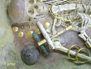Photo: Tracisch graf met gouden voorwerpen