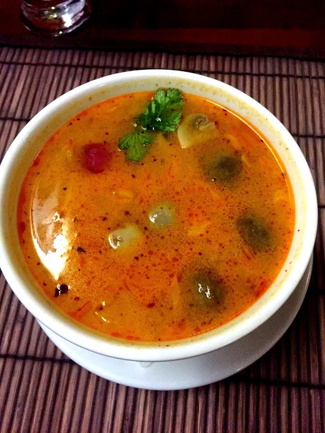 Суп Том Ям Тале, острый с креветками, мидиями и кальмаром