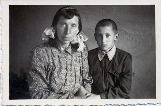 Photo: Viršilienė Ieva su sūnumi Pranu, ~1960 m. Nuotrauka iš Juozo Šakinio asmeninio archyvo.