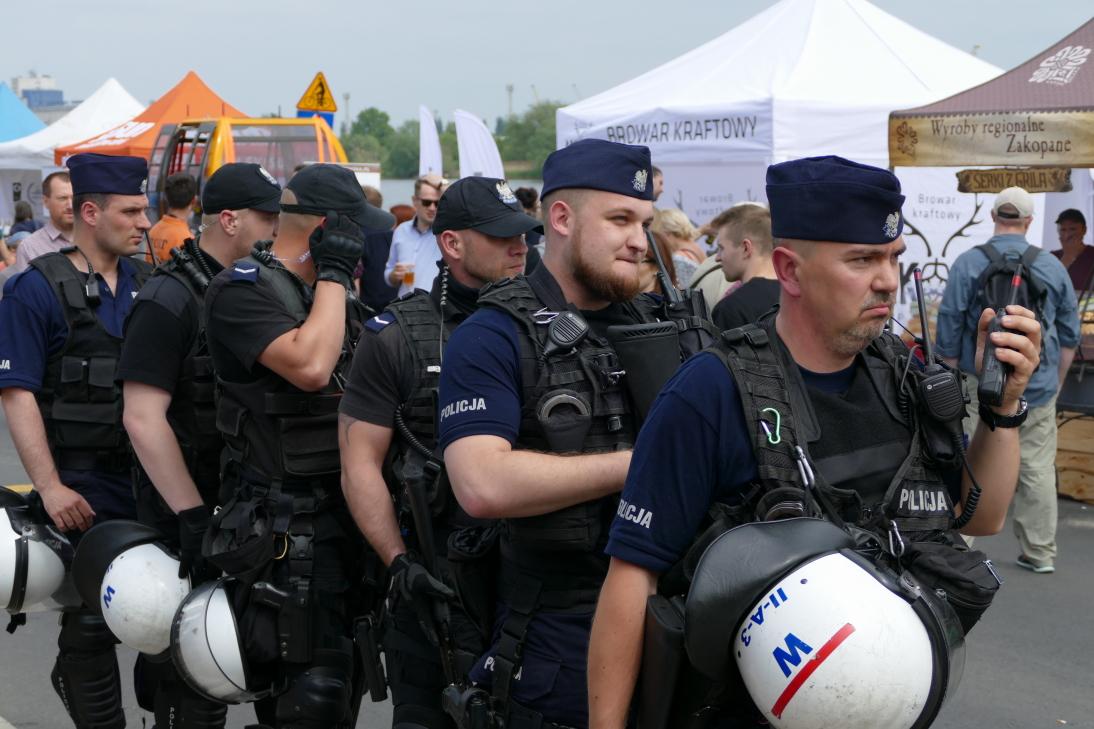 Gut ausgestattete Polizisten sorgten für Zucht und Ordnung. Foto: asc