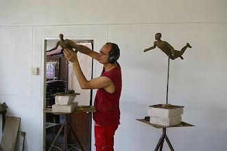 Photo: Thomas Reichstein am Tonmodell eines Traumflugpaares, mehr von ihm gibt es unter www.reichstein.de zu sehen