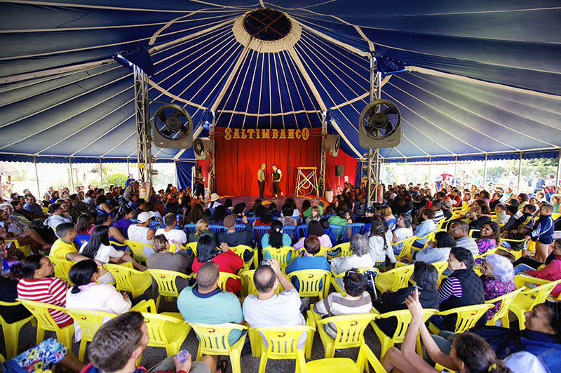 Plateia assistindo ao show no circo