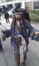Photo: Cosplay de Jacks Sparrow ! Je peux vous dire que c'est le meilleur que j'ai pu voir, et de loin ! Il avait exactement la même gestuel et les mêmes expressions que l'acteur ! Il a fait fureur sur tout le salon !