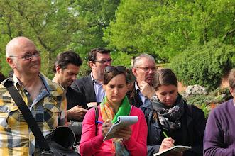 Photo: De verzamelde pers is naarstig aan het pennen ...