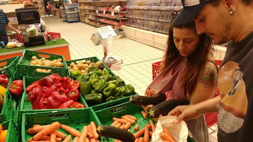 PAPEL Marisol Sánchez y Sergio Zapata realizan la compra sin bolsas de plástico.