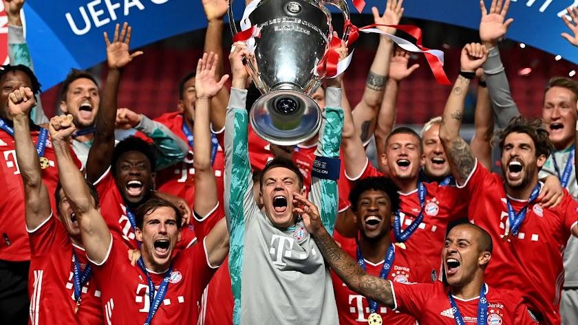 Los jugadores alemanes levanta la Copa.