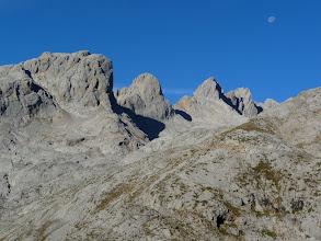 Photo: El típico paisaje lunar de Picos de Europa al salir del teleférico, con el pico Padierna y los picos de San Carlos