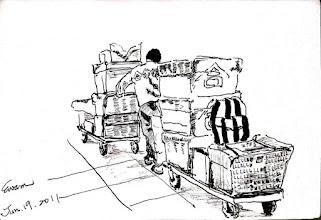 Photo: 送貨2012.01.19鋼筆 在蹲苦窯的收容人當然沒有逛巿場辦年貨的權利,有的也只是公家給的水果、麻荖,家人寄買的餅乾,要不就是自購的一些食物,東西不多也很簡單,但一個監獄的數量加起來可就多了!合作社雜役一人推拉兩台板車,不止要送貨,還要幫忙轉行李,年來了監獄和社會沒兩樣,都忙翻了!